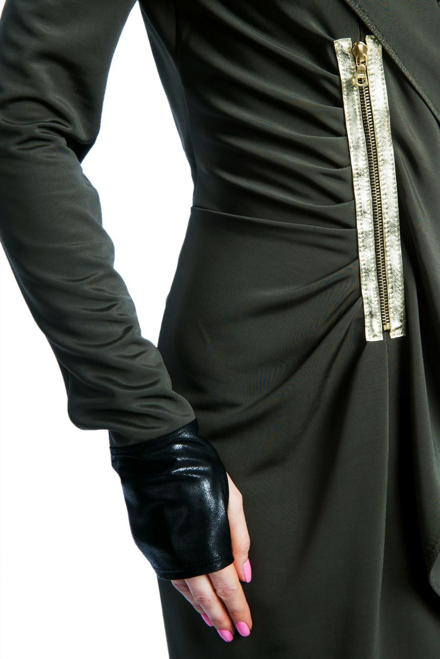 Платье оливкового цвета с капюшоном и декором из кожи