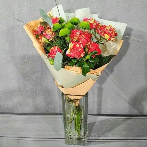 Букет из красных кустовых роз и зеленых хризантем