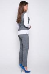 <p>Деловой брючный костюм оригинального кроя. Блузон имитирует жилет с рубашкой. На талии пояс. Брюки классического кроя на резинке. &nbsp;</p> <p><span> (Длина брюк: 100см; длина блузона: 44-63см; 46-64см; 48-65см; 50-65см;)</span></p>