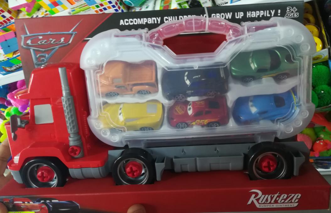 Огромный грузовик с мини-машинками