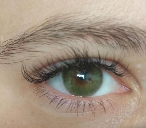 Темно зеленые на карих глазах