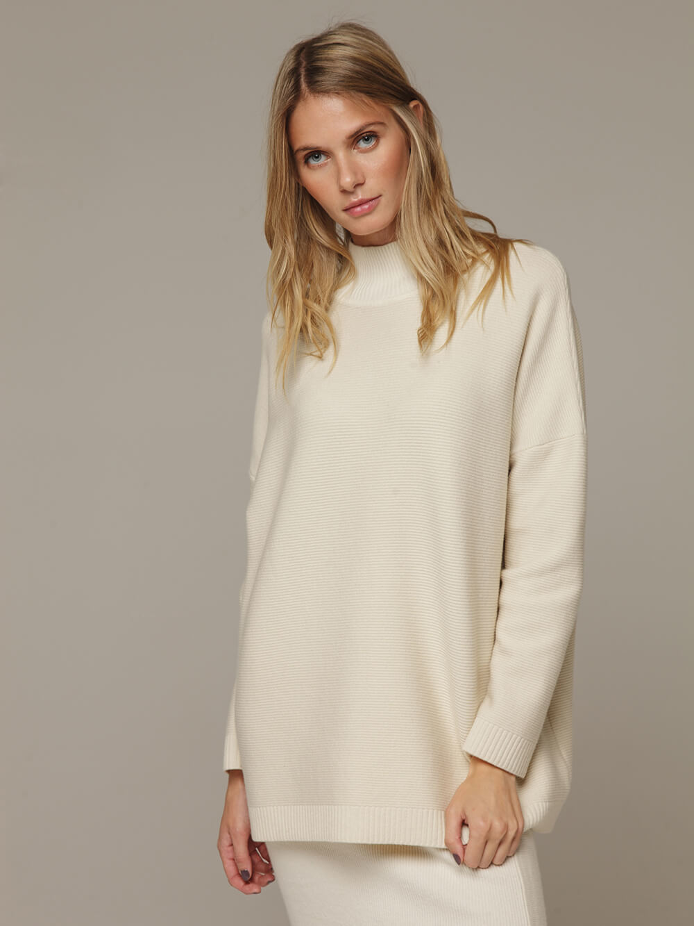 Женский белый джемпер свободного кроя из шерсти и кашемира - фото 1