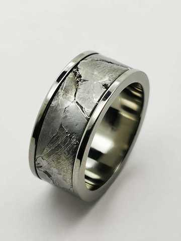 Кольцо из титана с метеоритом на заказ