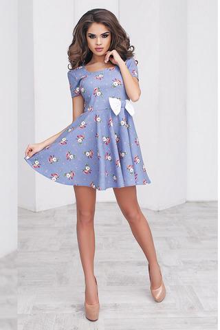 Короткое летнее платье с цветочным принтом