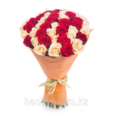 Букет из 45 красно-кремовых роз (местные)