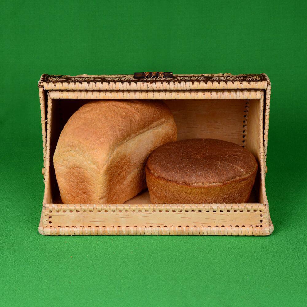Вид с двумя булками хлеба