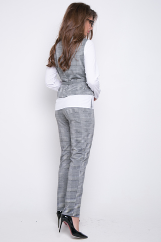 <p>Деловой брючный костюм оригинального кроя. Блузон имитирует жилет с рубашкой. На талии пояс. Брюки классического кроя на резинке. &nbsp;&nbsp;<span> (Длина брюк: 100см; длина блузона: 44-63см; 46-64см; 48-65см; 50-65см;)</span></p> <p>&nbsp;</p> <p>&nbsp;</p>