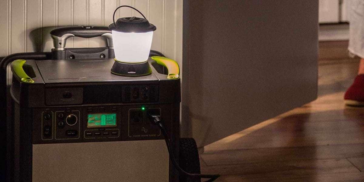 Фонарь-маяк Goal Zero LightHouse CORE в комнате