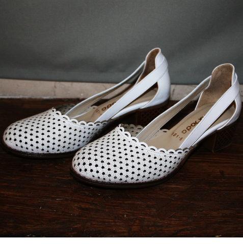 Белые туфли на низком каблуке. Босоножки закрытый носок и пятка Evromoda 101