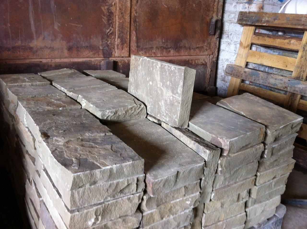 Бортовой камень колотый Серый на поддоне