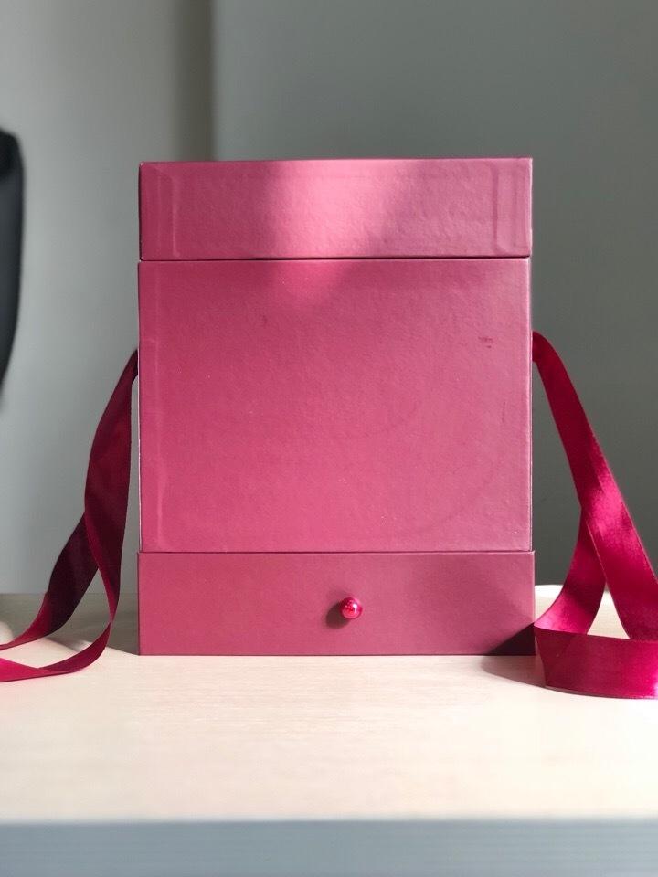 Квадратная коробка с отделением для подарка. Цвет: Бордо . В розницу 500 рублей .