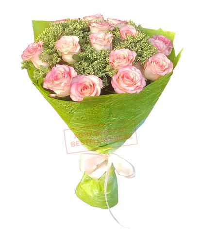 Букет из 15 розовых роз с зеленью