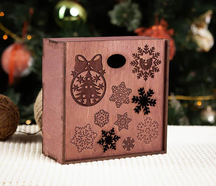 BOX204-3 Новогодняя коробка из дерева со снежинками (17*17*7 см)
