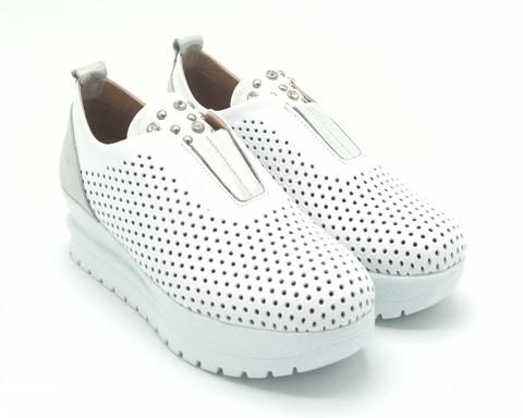 Белые летние кожаные кроссовки на белой горке