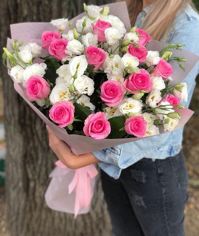Букет из розовых роз и белых лизиантусов