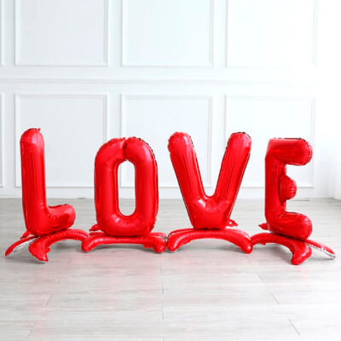Красные буквы LOVE