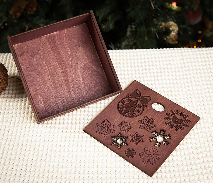 BOX204-3 Новогодняя коробка из дерева со снежинками (17*17*7 см) фото 05