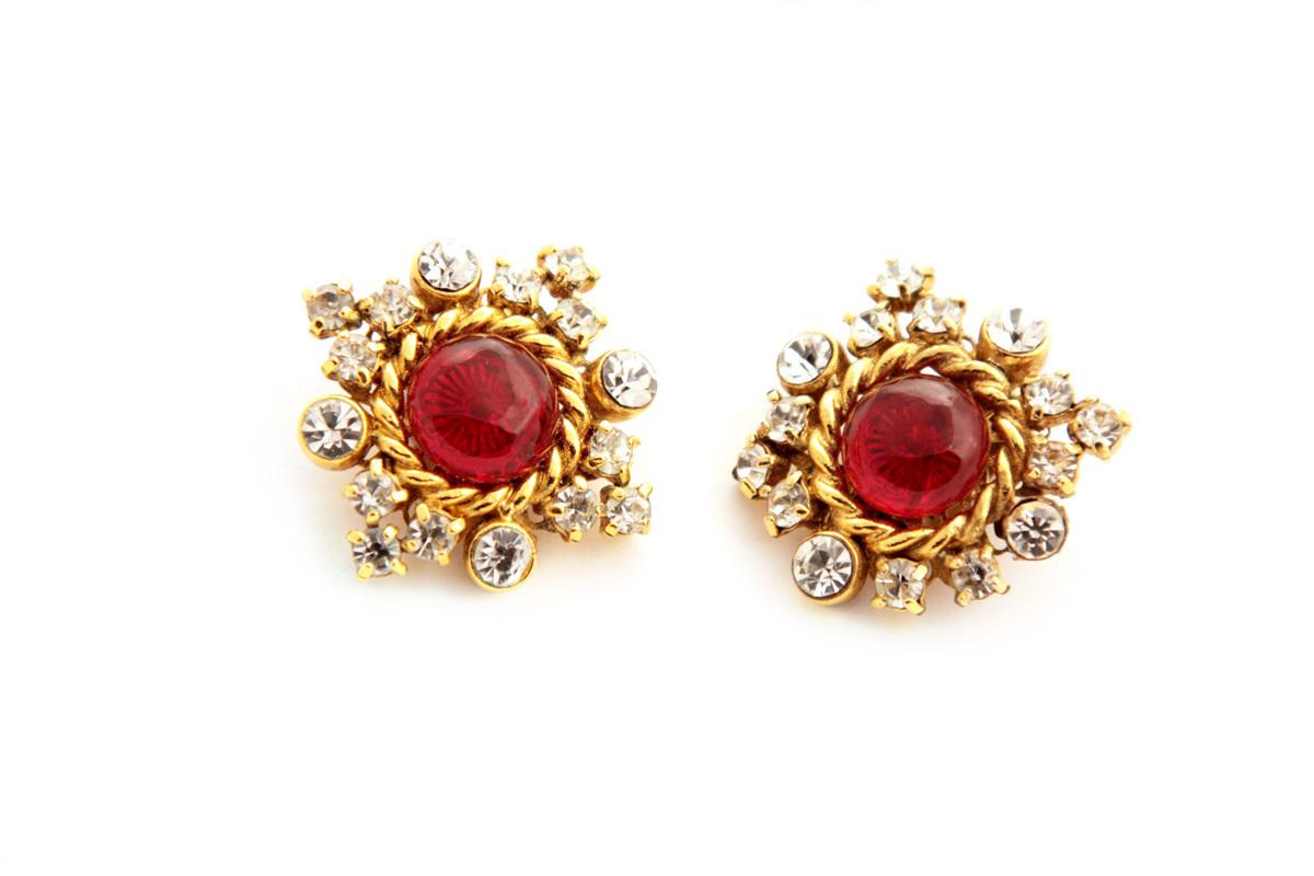 Красивые вечерние клипсы с кристаллами и стеклом Грипо от Chanel 1984 года  |  VINTAGE 1984 Red & Gold Tone Gripoix & Crystal Round Clip On Earrings
