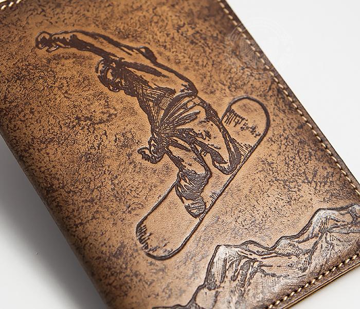 BY14-38-11 Обложна на паспорт «Сноубордист и горы» из натуральной кожи фото 02