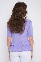 <p>Изящная блузка в романтическом настроении. Гармонично сочетается с множеством фасонов брюк и юбок. Застежка - планка с пуговицами. Рукав до локтя с защипами по линии плеча и манжетом с пуговицей. Заниженная линия талии с двойной оборкой.</p>