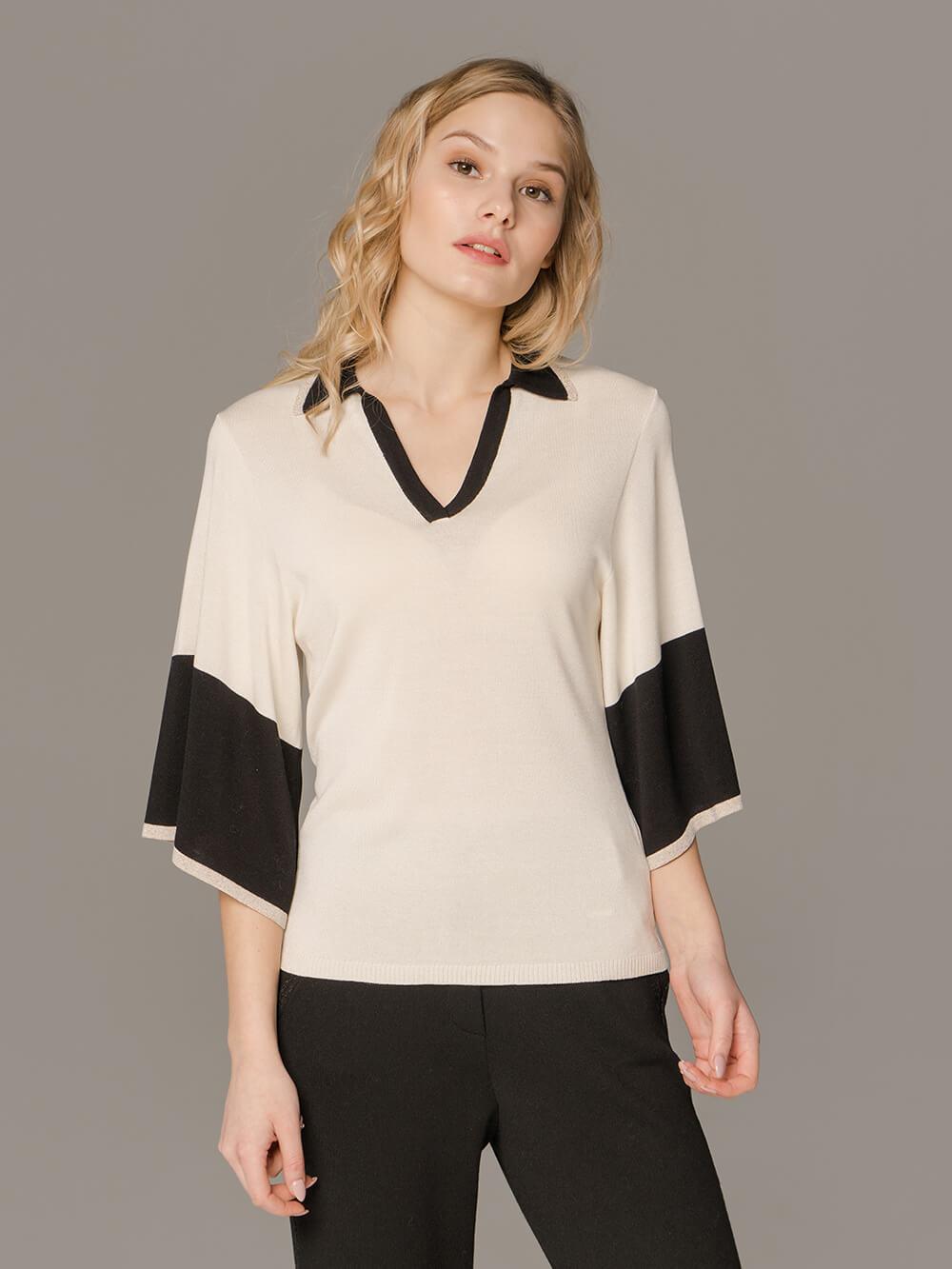 Женский белый джемпер со свободными рукавами и контрастными вставками - фото 1