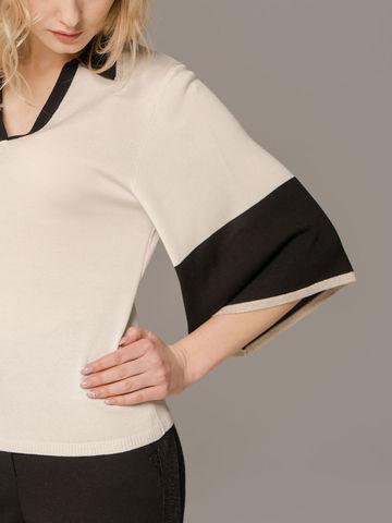 Женский белый джемпер со свободными рукавами и контрастными вставками - фото 4