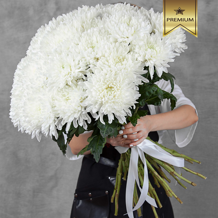 Купить шикарный большой букет 35 белых хризантем в Перми
