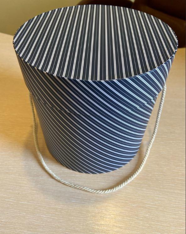 Шляпная коробка эконом вариант 18 см . в полоску. Розница 300  рублей .