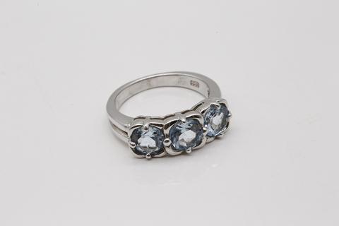Кольцо дорожка из серебра с голубым топазом в огранке круг