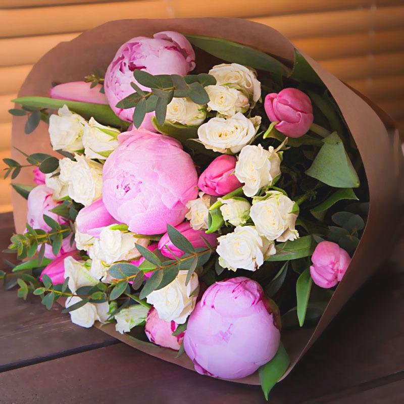 Букет с пионами тюльпанами кустовой розой МАЛЫЙ