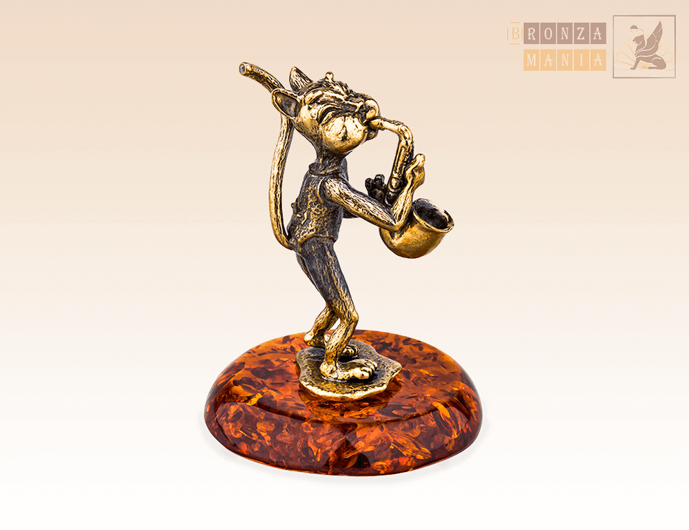 фигурка Кот с саксофоном на янтаре