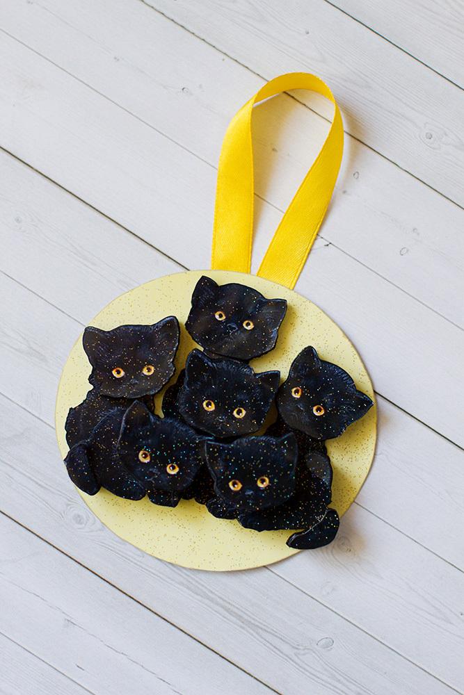 Папертоль Букет котят оформленные как елочная игрушка и покрытые лаком с блестками.