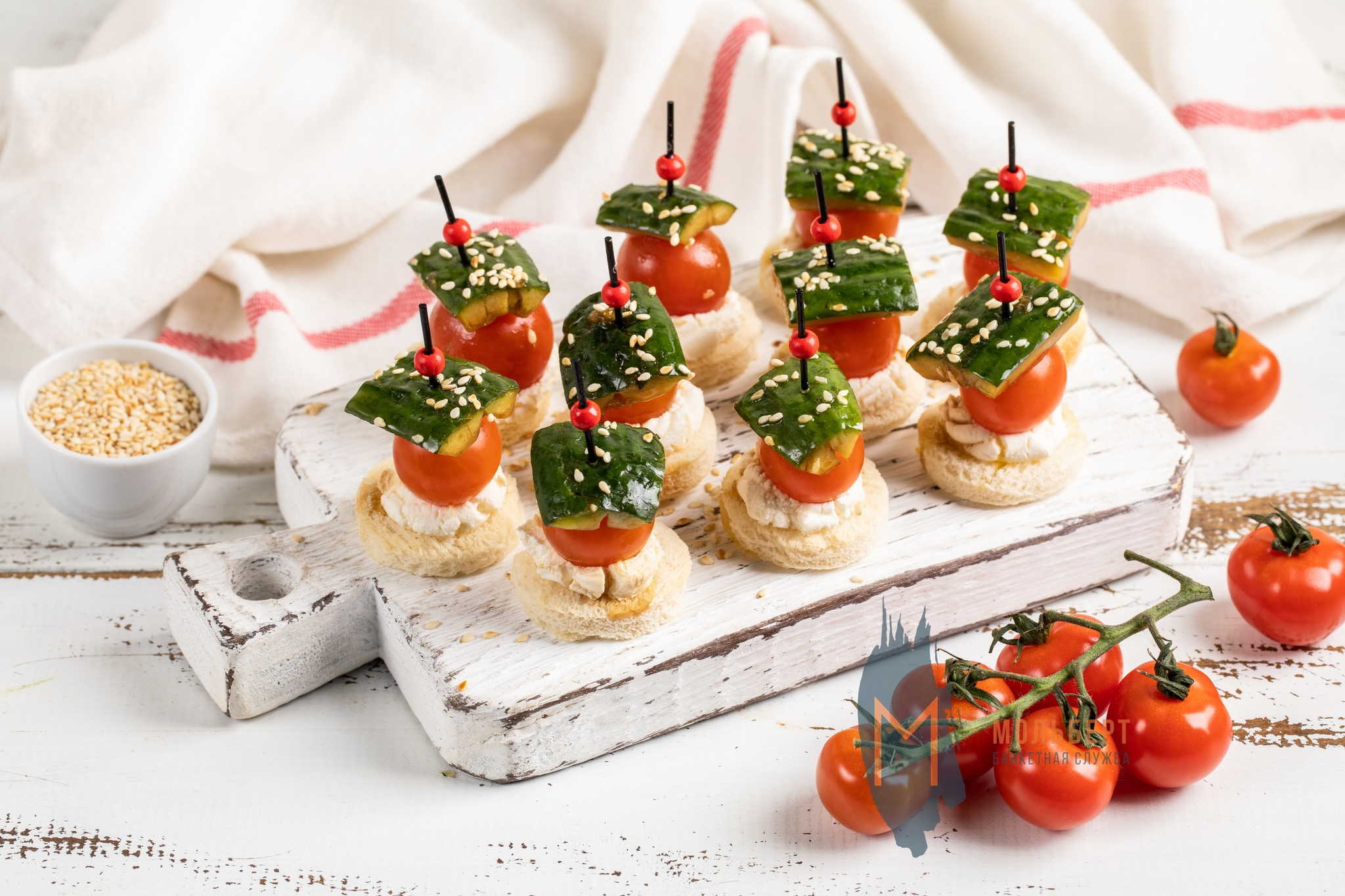 Битые огурцы с томатом на тосте