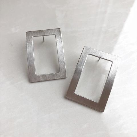 Серьги изогнутый квадрат, серебряный цвет