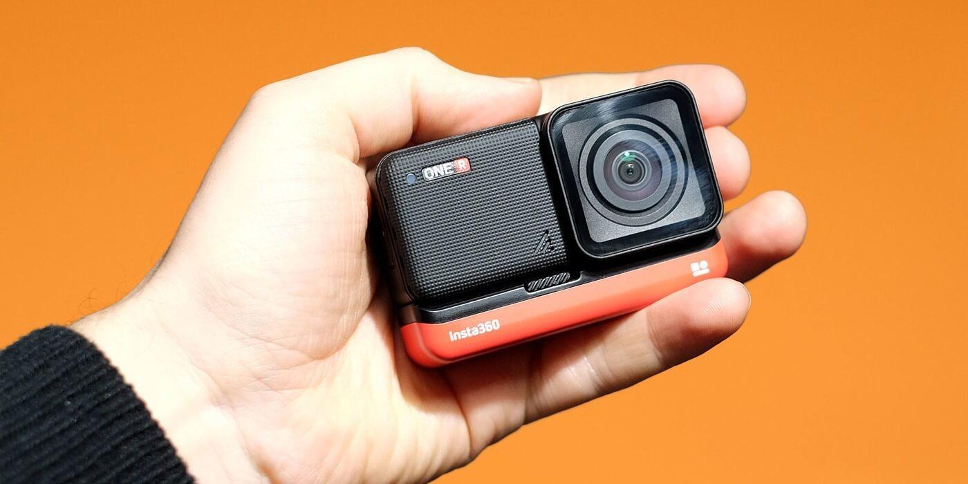 Экшн-камера Insta360 ONE R 4K в руке