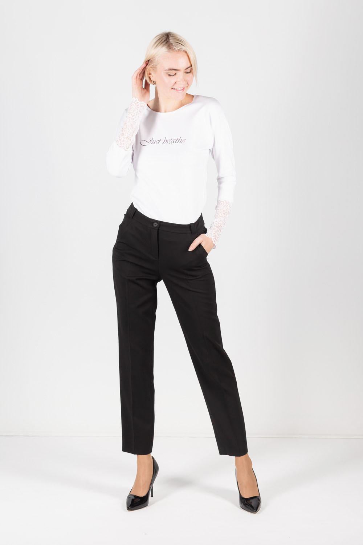 Брюки А490-744 - Классические черные брюки – необходимая база любого гардероба. Модель слегка зауженного книзу силуэта с застёжкой на надёжную молнию. Вертикальные стрелки добавляют зрительной стройности, лаконичный дизайн позволяет сочетать брюки с разнохарактерные низом, будь то строгая блуза, женственный жакет или обычная принтованная футболка.