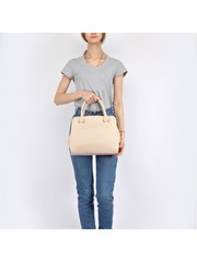 Бежевая сумка трапецевидной формы в классическом стиле