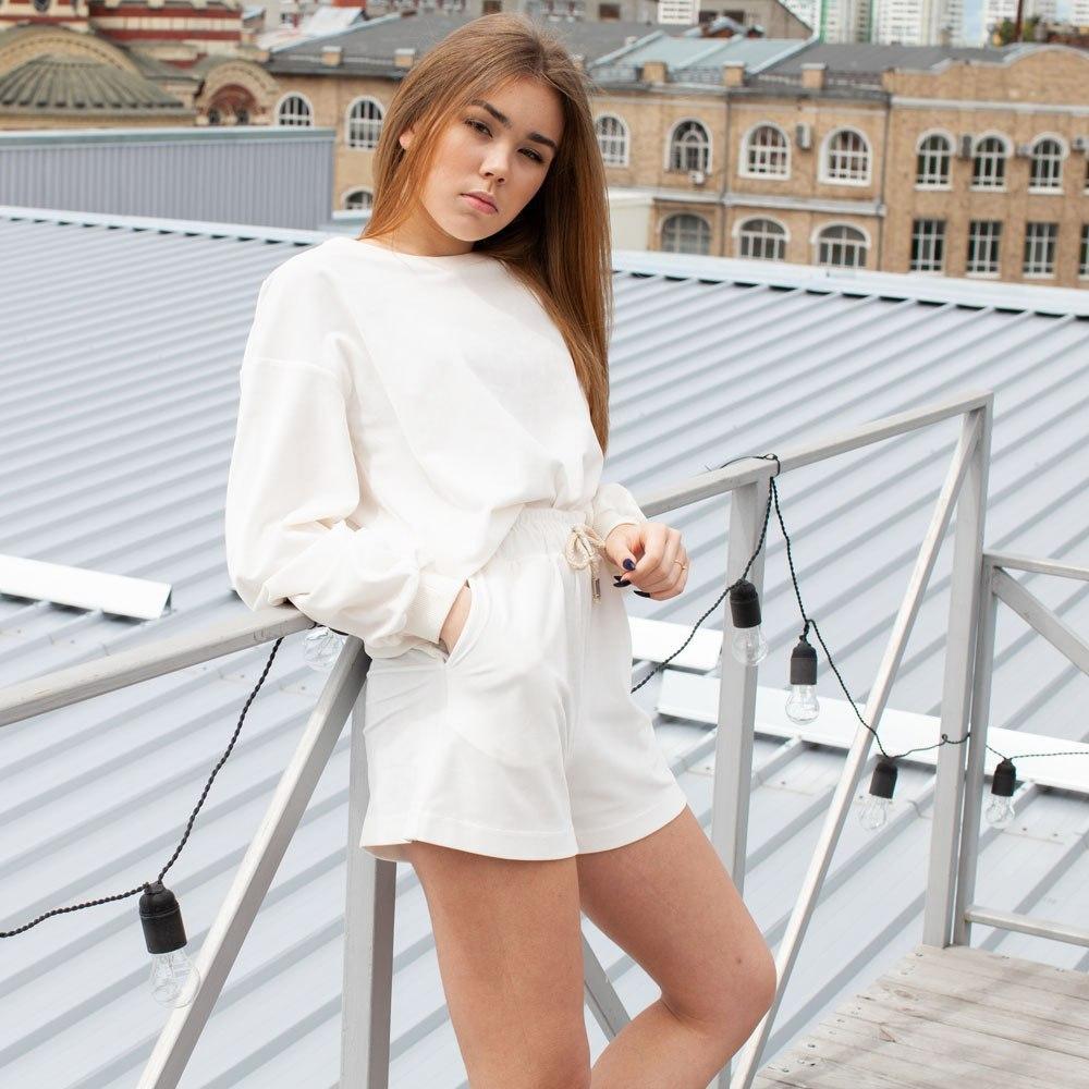 Летний велюровый костюм из свитшота и шорт на девочку белого цвета