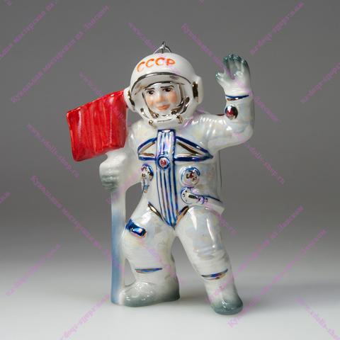 Космонавт с флагом
