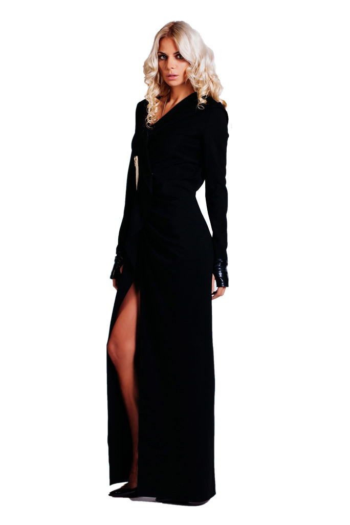 Платье с капюшоном и декором из кожи