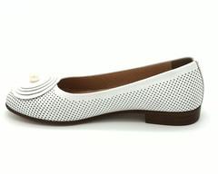 Белые кожаные туфли с перфорацией