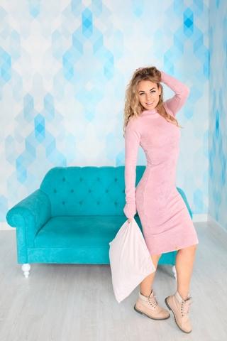 Платье шерстяное с вырезом лодочка розовое
