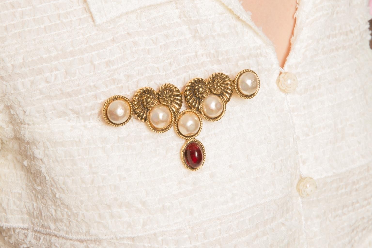 Эффектная крупная брошь с жемчугом и стеклом Грипуа от Chanel, 1984  |  Chanel 1984 Faux Pearl and Gripoix Pin Brooch