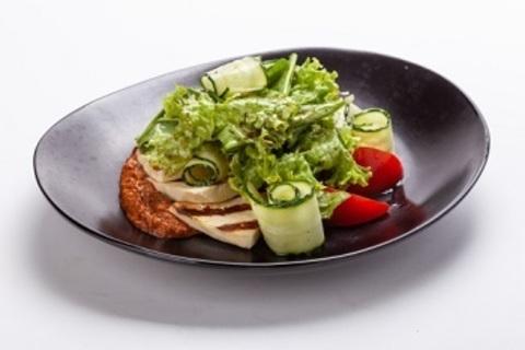 Салат зі свіжих овочів з бринзою на грилі і песто з в'ялених томатів / Fresh vegetable salad with cheese, cooked on an open fire and pesto of dried tomatoes