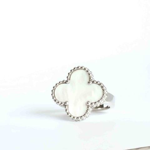 Кольцо-клевер коллекция Trendy из серебра с перламутром