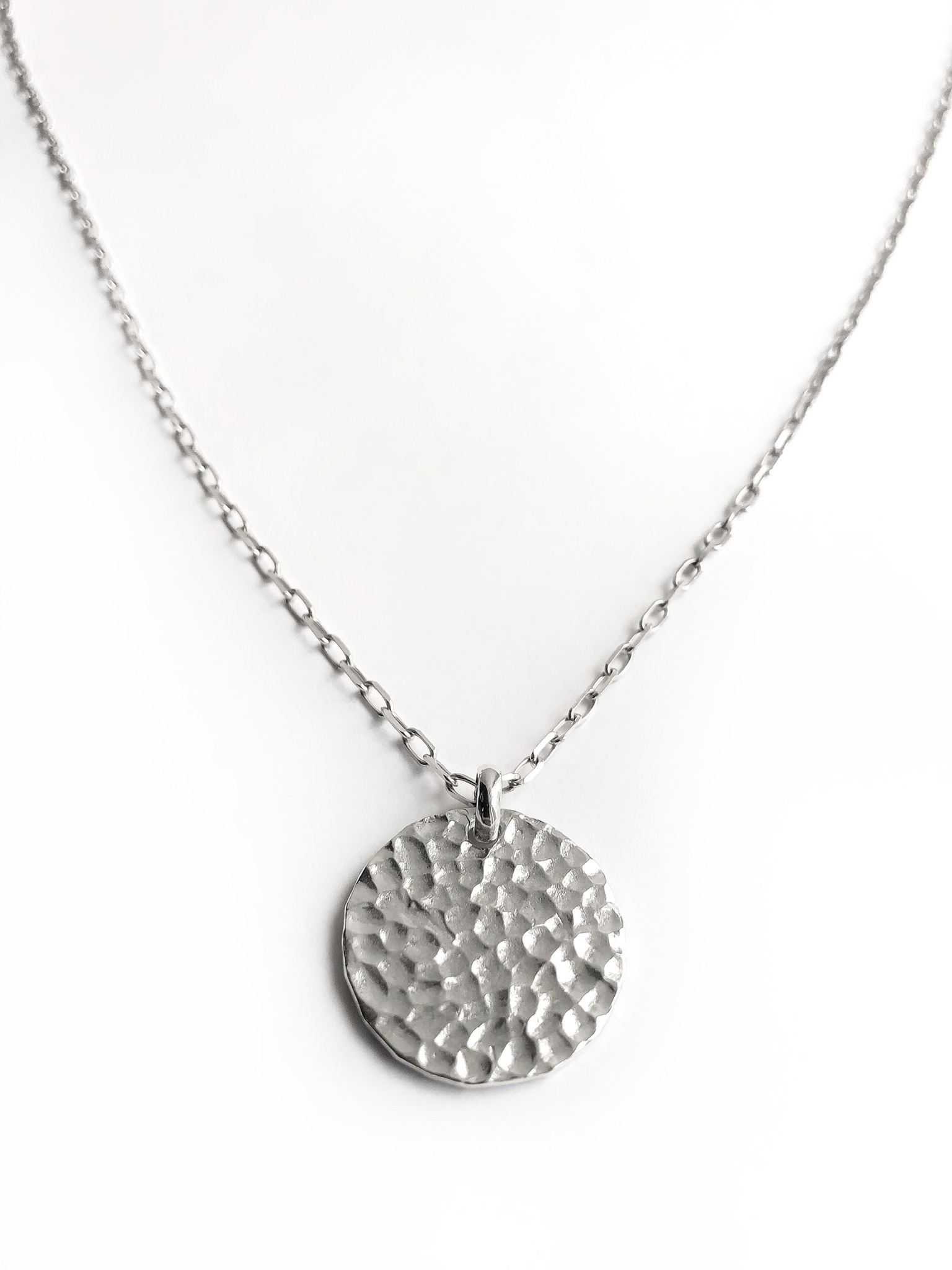 Серебряное колье с большим битым медальоном