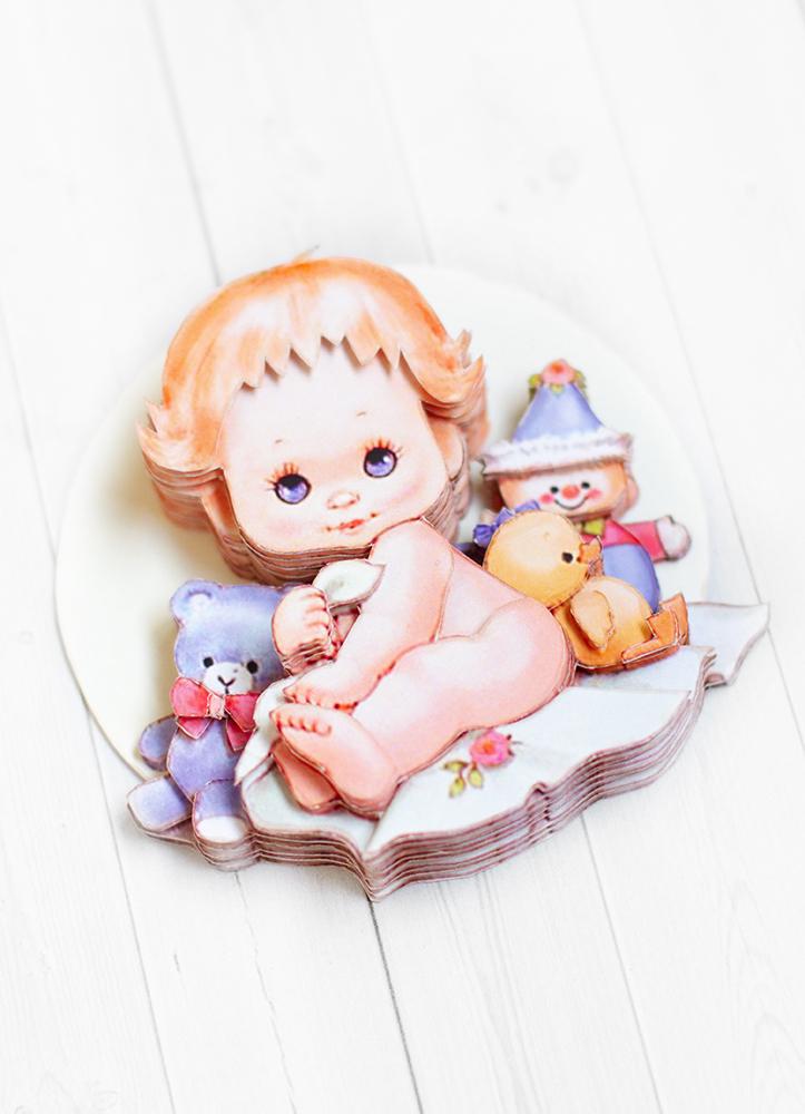Малыш с игрушками - готовая работа, вид сбоку.