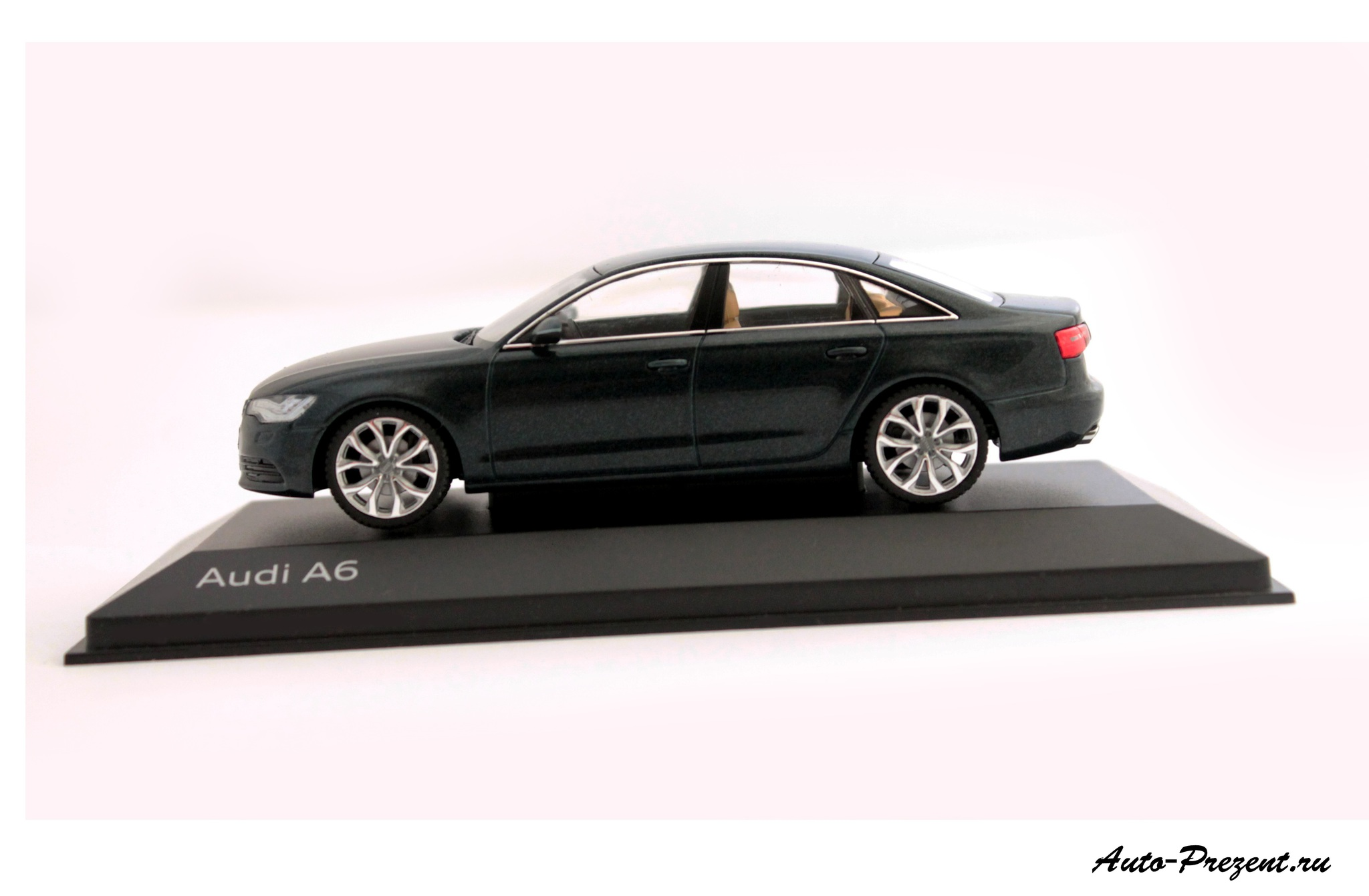 Коллекционная модель Audi A6 Aviator Blue 2012
