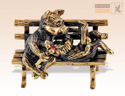 фигурка Свинки на скамейке