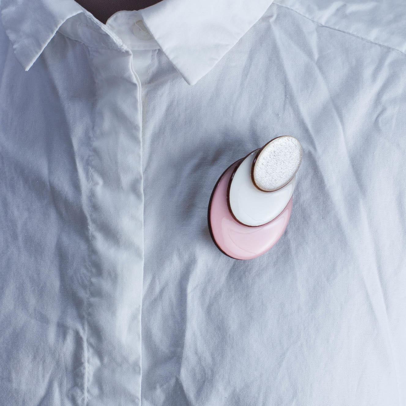 брошь розовая